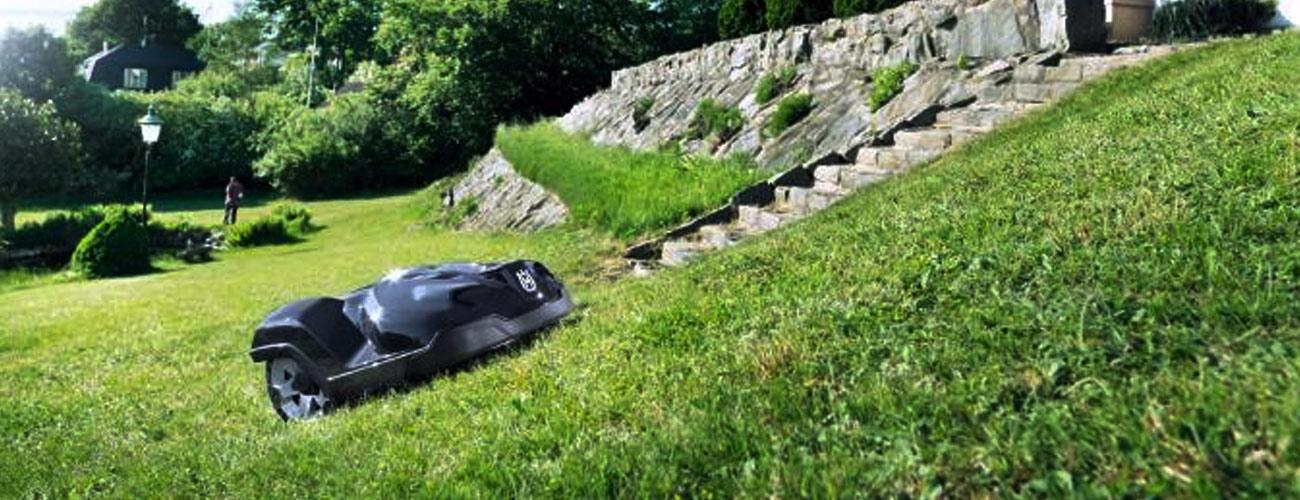 robot tagliaerba giardini in pendenza